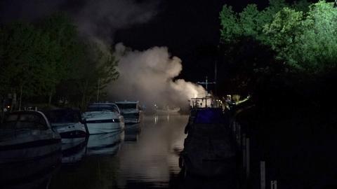 Hausboot brennt auf Main