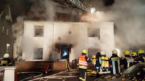 Einsatzkräfte der Feuerwehr bei den Löscharbeiten in Dieburg.