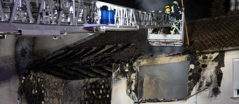 Einsatzkräfte an ausgebrannter Wohnung