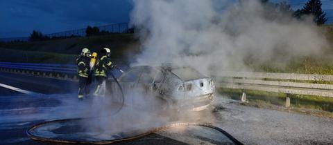 Feuerwehrleute bei den Löscharbeiten auf der A4.