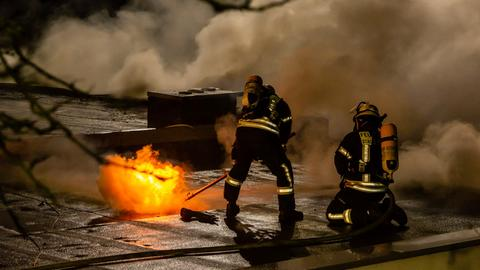 Zwei Feuerwehrleute löschen den Brand in Glashütten.