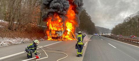 Der Lastwagen brannte lichterloh, die A3 bei Wiesbaden war für rund eine Stunde gesperrt.