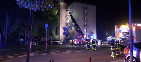 Feuerwehr an Mehrfamilienhaus in Frankfurt-Sachsenhausen