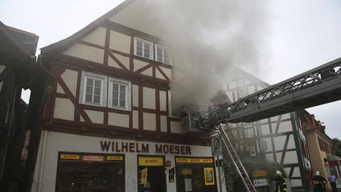 Aus dem Fachwerkhaus in Alsfeld stieg starker Rauch auf.
