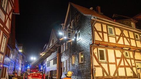 Feuerwehr mit Leiter an einem Fachwerkhaus