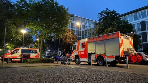 Feuerwehrautos vor der Arbeitsagentur Frankfurt.
