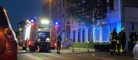 Feuerwehrleute löschen das Gebäude der Arbeitsagentur.