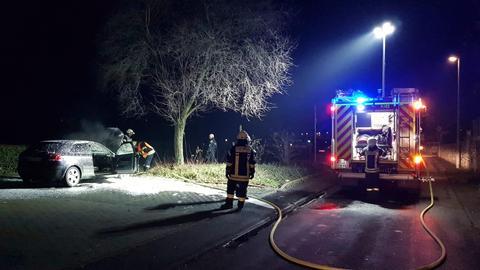 Ein Auto brannte in der Silvesternacht auf einem Parkplatz in Oestrich-Winkel