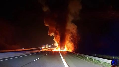 Ein Lastwagen brennt auf der A4 bei Herleshausen-Wommen