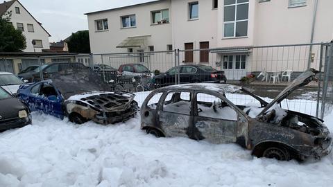 Mehrere ausgebrannte Fahrzeuge auf dem Gelände eines Autohändlers in Erlensee