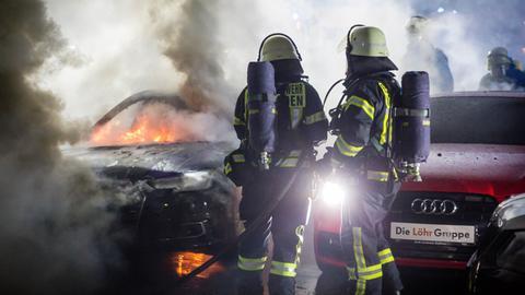 Brand in einem Autohaus in Wiesbaden