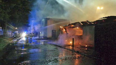 Feuerwehrleute beim Löschen des Brands im Sägewerk Bad Arolsen.