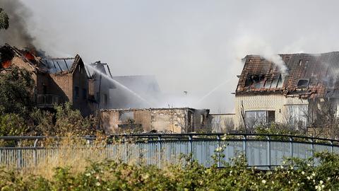Flammen schlagen aus dem Dachstühlen brennender Häusern an der Bahnstrecke in Siegburg. Nach einem Böschungsbrand direkt an der Strecke Köln-Frankfurt hatten mehrerer Häuser Feuer gefangen.