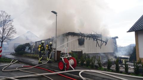 Einsatzkräfte an abgebranntem Haus in Baunatal