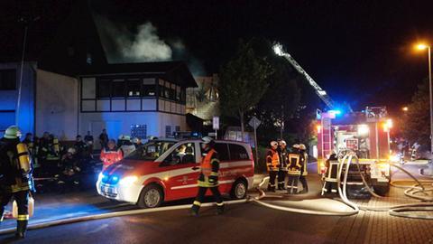 Löscharbeiten bei einem Dachstuhlbrand in Breuna