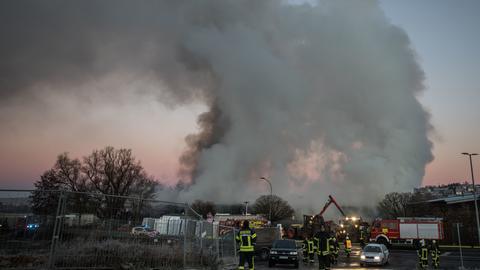 Löscharbeiten beim Brand einer Lagerhalle in Büdingen