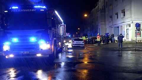 Nächtlicher Feuerwehreinsatz in einer Straße in Darmstadt