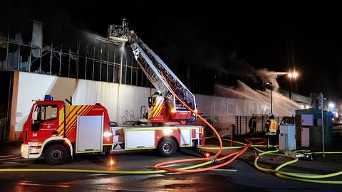 Feuerwehr löscht einen Großbrand in Dautphetal