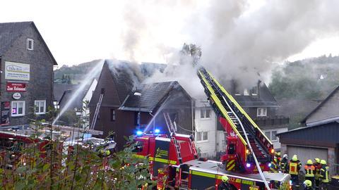 Drei benachbarte Wohnhäuser standen in Dietzhölztal in Flammen.