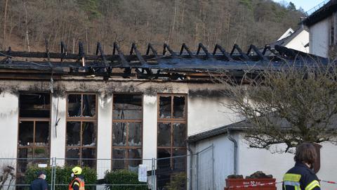 Gebäude nach dem Brand: Die Dachbalken sind verkohlt, die Fensterscheiben geborsten