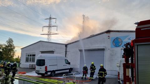 Die Feuerwehr löscht die Lagerhalle.