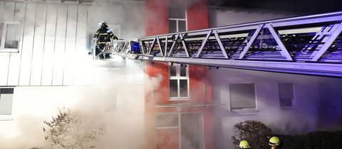 Feuerwehrmann beim Löschen
