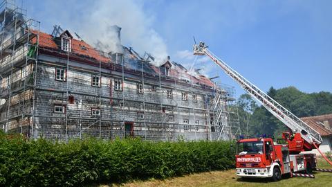 Der Dachstuhl des Eulbacher Schlosses brennt