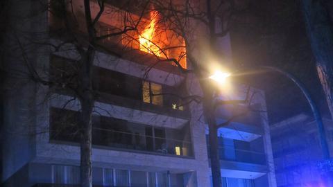 Flammen schlagen aus Wohnung.