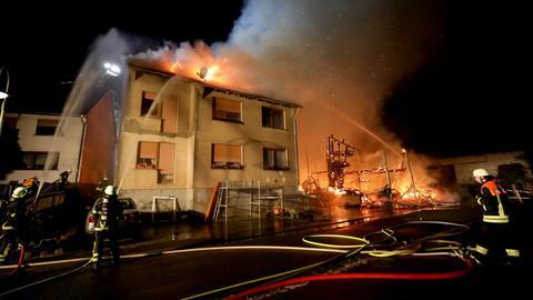 Einsatzkräfte bekämpfen den Großbrand in Freiensteinau.