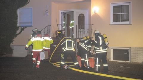 Die Feuerwehr löscht den Brand in Fulda-Haimbach.
