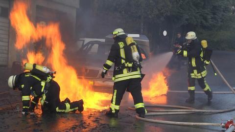 Feuerwehrleute versuchen, den gasbetriebenen Pkw zu löschen.