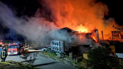 Auflodernde Flammen beim Brand in einem Sägewerk in Grasellenbach