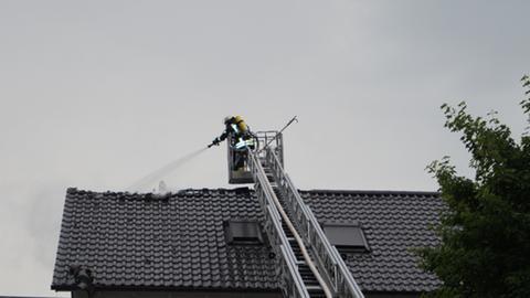 Löscharbeiten nach einem Blitzeinschlag in Gudensberg