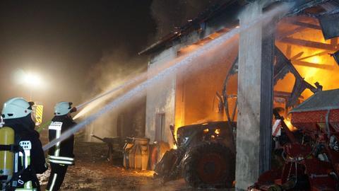 Löscharbeiten auf dem Bauernhof in Guxhagen.