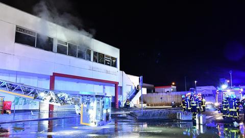 Die Feuerwehr vor Ort an dem ehemaligen Supermarkt in Hanau, aus dem Rauch kommt.