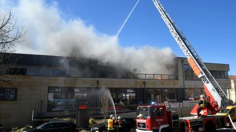 Feuerwehrmänner beim Löschen des Brandes der Winzergenossenschaft Heppenheim