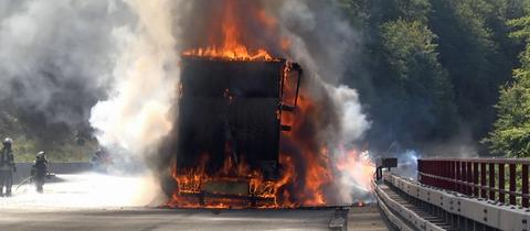 brennender Holzlaster auf A4