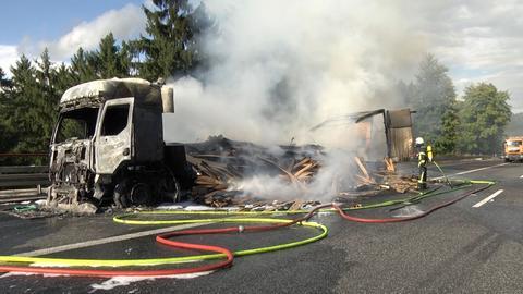 gelöschter Holzlaster nach Brand auf A4