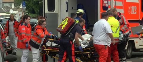 Ein verletzter Patient der Offenbacher Psychiatrie wird in den Rettungswagen gebracht