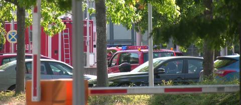 Feuerwehr steht vor der JVA Weiterstadt