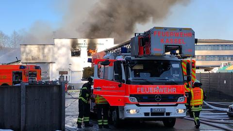 Die Kasseler Feuerwehr ist mit rund 100 Einsatzkräften vor Ort.