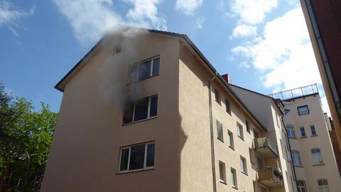 Es rauchte aus einem Fenster im zweiten Stock.
