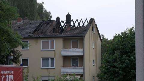 Das Dach des Hauses ist zerstört.
