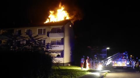 Die Feuerwehr vor dem brennenden Haus.