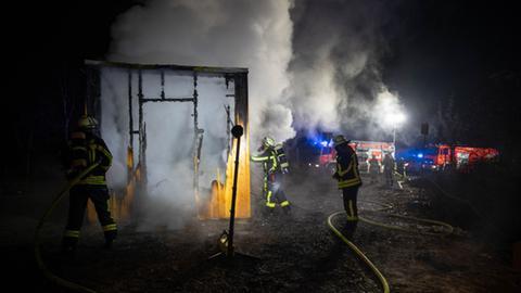 Feuerwehrmänner löschen den Brand.