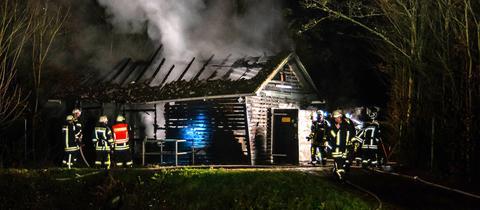Feuerwehrleute löschen einen Brand in der Kläranlage von Hohenstein-Hennethal (Rheingau-Taunus)