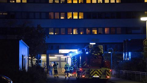 Feuerwehrwagen vor Klinikgebäude