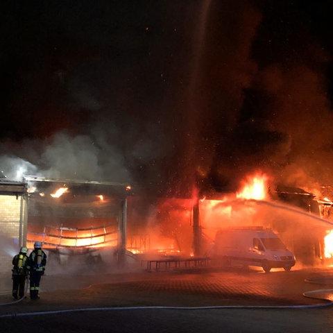 Die Flammen schlugen in der Nacht meterhoch aus der Lagerhalle