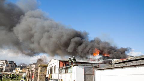 Großeinsatz beim Brand einer Lagerhalle in Oestrich-Winkel