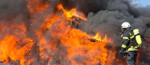 Feuerwehrmann vor lodernden Flammen